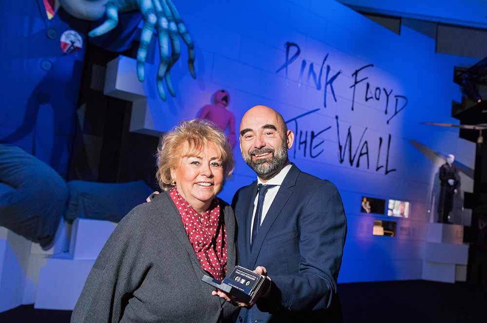 """Krista Schöller übergibt Edwin Jacobs, Direktor des Dortmunder U, die Musikkassette mit dem """"Tanz der Ferraris"""" von Nick Mason. Foto: Roland Baege"""