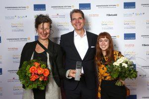 Bild von der Preisverleihung mit Andrea Weitkamp und Linda Schocke vom Jugendstil-Literaturzentrum und Frederik Palm von buch.netz. Foto: © Stiftung Lesen / Eventpress.