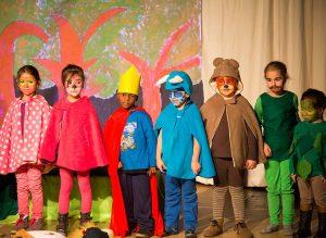 Bühnenbild und Kostüme haben die Kids selbst entworfen und gebastelt.