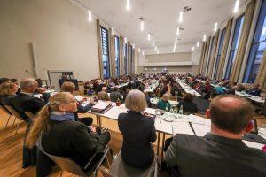 Die Kreissynode setzt sich aus 243 Mitgliedern aus 28 Kirchengemeinden zusammen. Foto: Stephan Schuetze