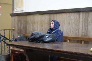Klägerin Saeeda Khatoon hofft auf Gerechtigkeit, wurde jedoch vorerst nicht angehört. Die Enttäuschung darüber ist ihr anzusehen.