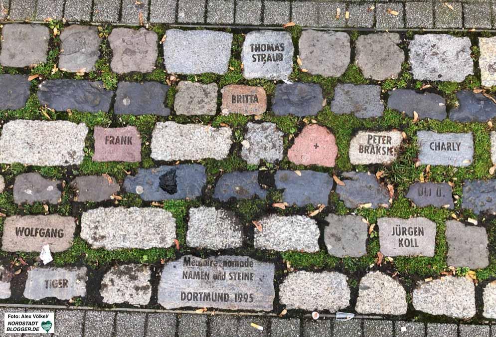 """Denkraum: Namen und Steine Die Deutsche AIDS-Stiftung hat zusammen mit dem Künstler Tom Fecht ein Erinnerungsprojekt ins Leben gerufen – """"Denkraum: Namen und Steine"""". Es ist dem Andenken an Menschen gewidmet, die an den Folgen von AIDS starben. Ihre Namen sind in Pflastersteine eingeschrieben. Namen von unbekannten Menschen ebenso wie Namen, mit denen man eine bekannte Persönlichkeit verbindet. An sie alle erinnern die Steine, die jeweils zu einer Installation im öffentlichen Raum gruppiert sind. Die erste Installation fand 1992 anlässlich der documenta IX in Kassel statt. Seitdem wurden in über 26 Städten in Deutschland und im europäischen Ausland Gedenkinstallationen mit mehr als 2.300 Namenssteinen realisiert. Wie geplant lief das Projekt im Jahre 2000 aus. Die bestehenden Dauerinstallationen wurden lokalen Institutionen zur weiteren Betreuung übergeben. So werden noch heute vom Künstler beschriftete Pflastersteine in die bestehenden Kunstwerke integriert – zum Beispiel am Christopher-Street-Day oder am Welt-AIDS-Tag."""
