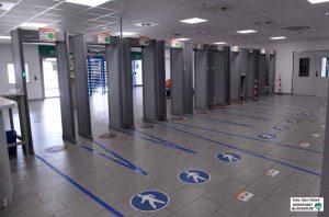 Im Unternehmen gibt es zahlreiche Überwachungsmechanismen - u.a. Metalldetektoren am Ausgang.