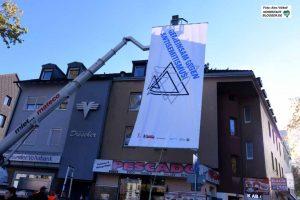 Mit Großflächenplakaten wurden beim Holocaust-Gedenken in Dorstfeld Häuserfassaden verdeckt, aus denen man antisemitische Provokationen erwartet hatte.
