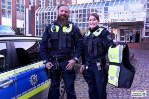 Die Polizeikommissare Ann-Kathrin Ossenkopp und Nils Jäger präsentieren die neue Ausrüstung.