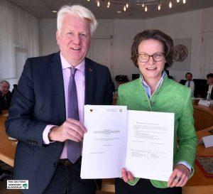 OB Ullrich Sierau und Ina Scharrenbach - strahlende Gesichter gab es während der Unterzeichnung der Zielvereinbarung.