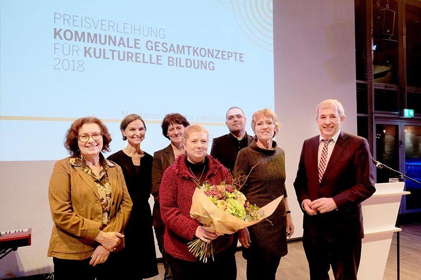 Bild der Preisverleihung mit (v.l.) Claudia Kokoschka (Kulturbüro), Mechthild Eickhoff (UZWEI), Andrea Dennissen (FABIDO), Martina Bracke (Kulturbüro), Niclas Meier (Jugendamt), sowie Daniela Schneckenburger und Klaus Kaiser.