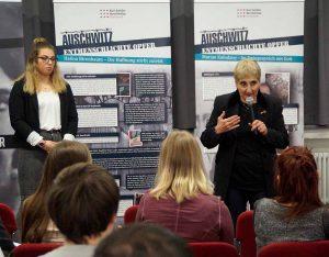 Auch am Karl-Schiller-Berufskolleg waren die beiden ZeitzeugInnen zu Gast und schilderten ihre Erlebnisse.