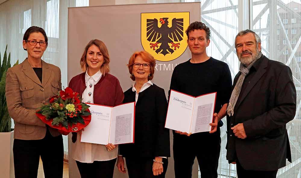 Preisverleihung (v.li.): Bürgermeisterin Birgit Jörder, Silke Schönfeld, Silke Räbiger, Florian Dedek und Axel M. Mosler. Bild: Gaye Suse Kromer, Stadt Dortmund