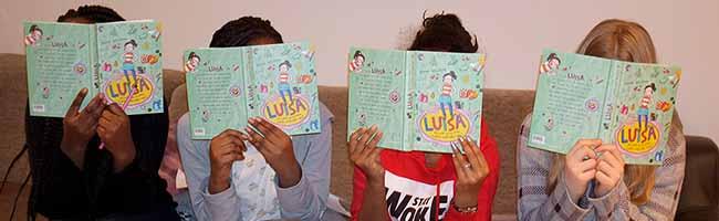 """""""young caritas"""": Während der Leseabende mit geflüchteten Mädchen kommen auch Erwachsene schon mal ins Stottern"""