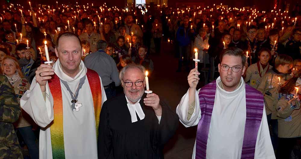 Pastor Martin Blume (BDJK-Dortmund), Landesjugendpfarrer Udo Bußmann und Tobias Hasselmeyer, Diözesankurat der Deutschen Pfadfinderschaft St. Georg (DPSG) feierten mit annähernd 900 PfadfinderInnen die Aussendung des Friedenslichts aus Bethlehem in Dortmund.