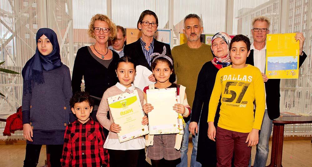 Bild von der Übergabe der Kalender mit Bürgermeisterin Birgit Jörder (Mitte) und Jugendamtsleiterin Dr. Annette Frenzke-Kulbach (2.v.li). Foto: Wolf-Dieter Blank