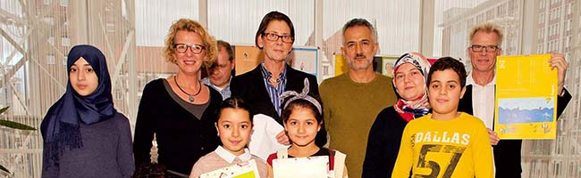 Ein Kalender als Dankeschön: Bürgermeisterin Jörder bedankt sich bei allen AkteurInnen von INFamilie in Dortmund