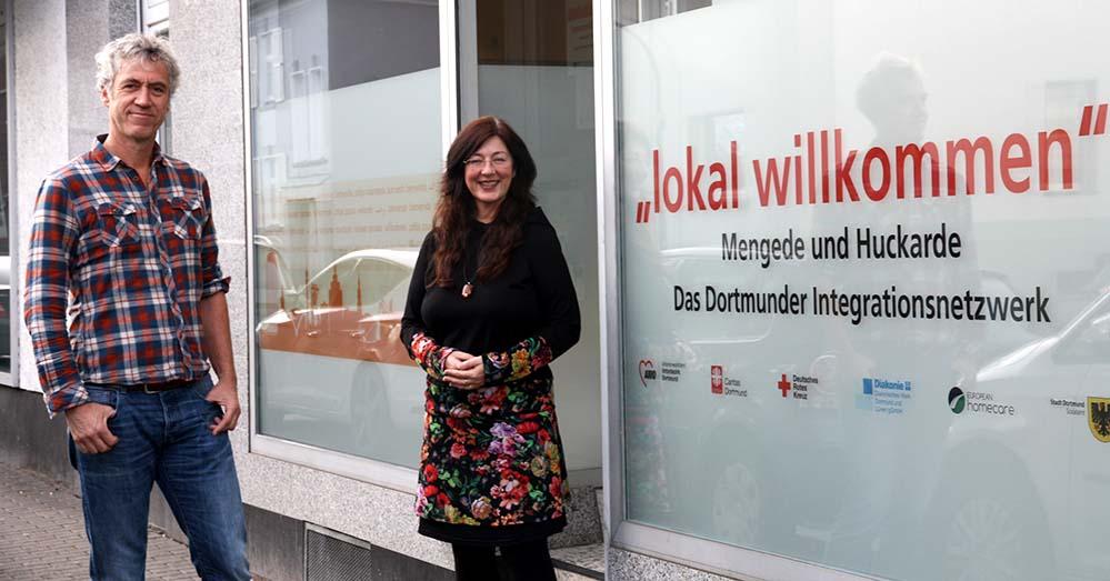 """Wilhelm Willecke vom Diakonischen Werk und Claudia Dieckmann von der Stadt Dortmund freuen sich über die zentrale Lage des neuen """"lokal willkommen""""-Büros in Westerfilde. Foto: Stadt Dortmund"""