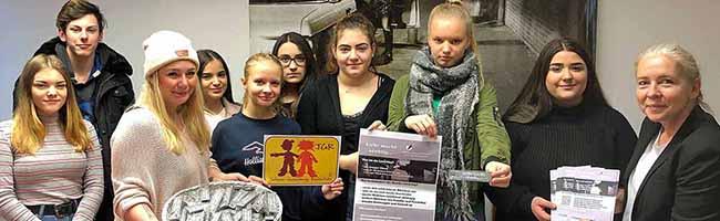 """Schülerinnen der 8. und 9. Klassen der Johann-Gutenberg-Realschule befassten sich mit dem Thema """"Loverboys"""". Rechts: Lehrerin Claudia Werner. Foto: Joachim vom Brocke"""