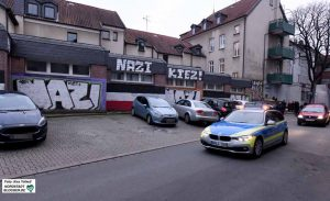"""Dank der zahlreichen Graffiti - geduldet vom Eigentümer der Immobilien - verfestigt sich das Image des """"Nazi-Kiez""""."""