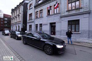 Aus Sicherheitserwägungen blieben die Gäste aus Düsseldorf in ihren Limousinen sitzen.