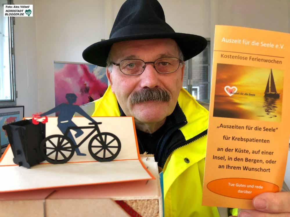 """Reinhard Hunecke mit dem Flyer und dem Symbol des Vereins """"Auszeit für die Seele."""" Foto: Alex Völkel."""