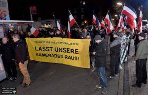 """Die Rechte ließ in Marten """"Freiheit für Feldmann"""" skandieren."""