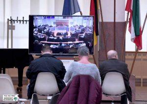 Rats-TV - weil die Besuchertribüne zu voll war, wurde die Ratssitzung in die Bürgerhalle übertragen.