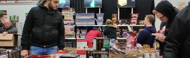 Das lange Warten auf Feuerwerk – Hunderte Menschen harrten über Stunden für den Lagerverkauf in Dortmund aus