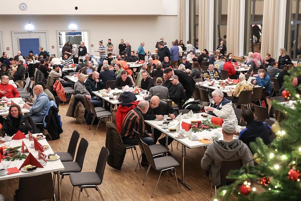 Kein Mangel an freien Plätzen bei der Dortmunder Tafel an Heiligabend.