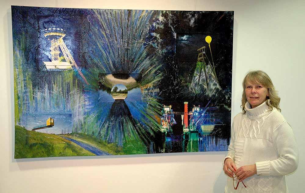 Martina Dickhut in der Ausstellung in der Artothek. Foto: Martin Schirmer/ Stadt- und Landesbibliothek