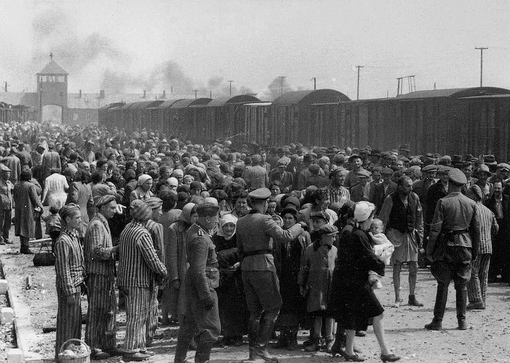 Selektion von Neuankömmlingen aus Ungarn an der sog. Judenrampe. Quelle: Wiki