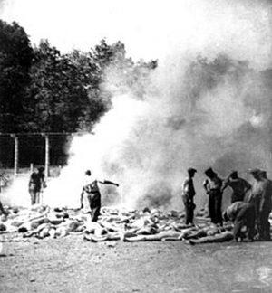 Leichen werden von einem Sonderkommando verbrannt, fotografiert von Alberto Errera, 1944. Quelle: Wiki