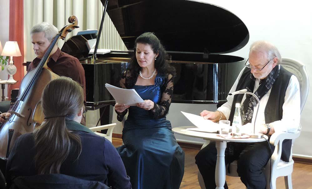 Die Pianistin Gabriella Brezócki-Wedewardt schlüpfte gelegentlich in die Rolle von Josefine und Therese, den Töchtern des Grafen von Brunswick. Foto: Magdolna Wiebe, Auslandsgesellschaft