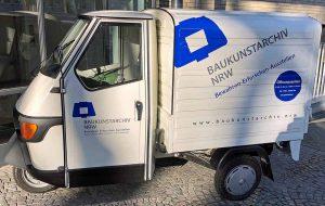 Mit einem kleinen dreirädrigen Auto wirbt das Ende November eröffnete Baukunstarchiv. Fotos: Joachim vom Brocke