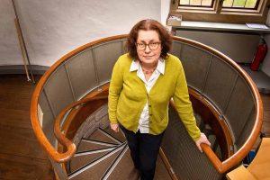 Claudia Kokoschka, Leiterin des Kulturbüros, auf der engen Treppe im Torhaus Rombergpark. Bild: Roland Gorecki / Dortmund Agentur.