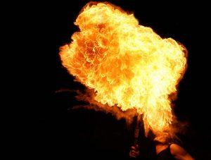 """Mit den FeuerkünstlerInnen von """"FLAMES"""" geht's gleich zu Beginn richtig heiß her. Foto: FLAMES Fire Company"""