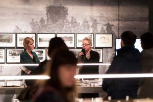 Die Kuratorinnen Sylvia Sasse und Inke Arns. Foto Roland Beagle/HMKV