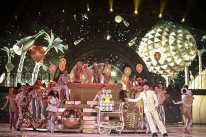 Gemeinsam mit dem Publikum feiert das Ensemble das 75-jährige Jubiläum.