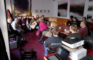 Viele Akteure haben das Programm mutgestaltet. Hier Gesangsproben mit Boris Gott. Foto: Jugendring Dortmund