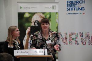 Die Journalistik Studentinnen Alexandra Prokofev und Jennifer Pahlke informierten mit einem Impulsvortrag.