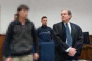 Der Angeklagte Toader Silviu E. und Anwalt Pieplow, der seinen Mandanten immer wieder zur Ruhe ermahnen musste. Nach der Aussage des Opfers will sich der Tatverdächtige zu den Vorwürfen äußern. Foto: Sascha Fijneman