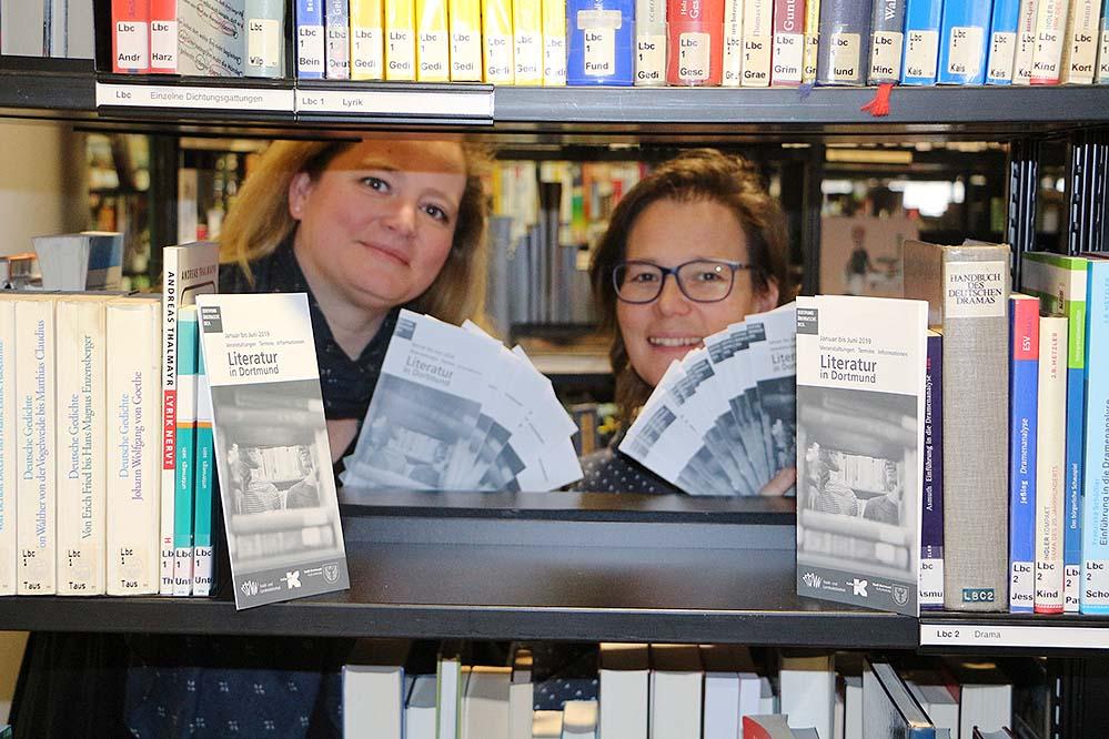 """Isabel Pfarre vom Kulturbüro Dortmund und Claudia Vennes von der Stadt-und Landesbibliothek sind die Herausgeberinnen des Veranstaltungskalenders """"Literatur in Dortmund"""". Foto: Martin Schirmer"""