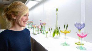 Die Vitrine mit der Blütengläsersammlung ist ein besonderer Blickfang der Ausstellung. Die Gläser sind eine Leihgabe aus einer privaten Sammlung in Hamburg. Foto: Roland Gorecki/ Dortmund-Agentur