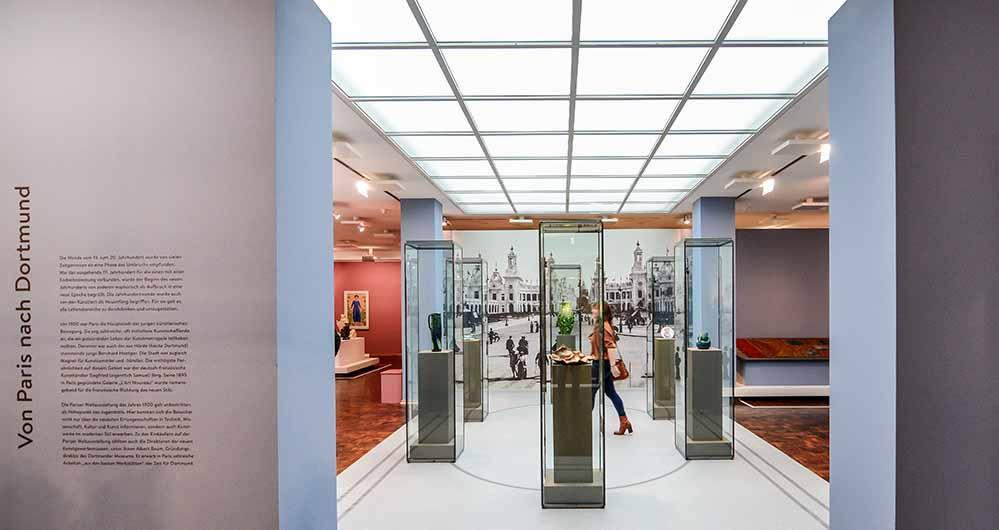 Das Entrée der Ausstellung lässt den Besucher in die Pariser Weltausstellung eintauchen. Dort erwarb Albert Baum, Gründungsdirektor des MKK, den Grundstock der heutigen Jugendstil-Sammlung. Foto: Roland Gorecki/ Dortmund-Agentur