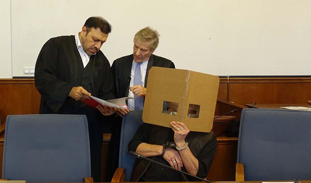 Die Anwälte Emir, Giebel und der Angeklagte Ralph H. Anwalt Giebel (Mitte) beantragte seine Entpflichtung vom Mandat. Als Grund gab er ein nachhaltig gestörtes Vertrauensverhältnis an. Foto: Sascha Fijneman