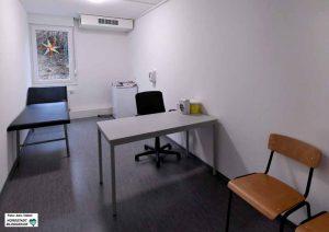 In der neu konzipierten Einrichtung gibt es auch einen Raum für ärztliche Sprechstunden (Foto) sowie Angebote des Sozialamtes.
