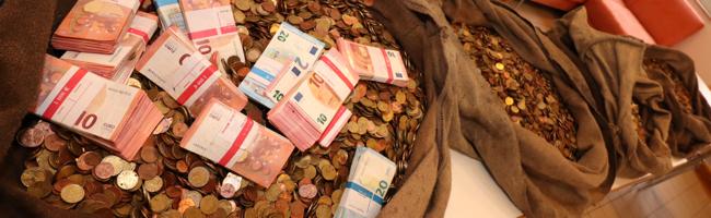Veranstalter des Phantastischen Lichterweihnachtsmarkts übergibt 4,5 Zentner Münzgeld an das Dortmunder Tierheim