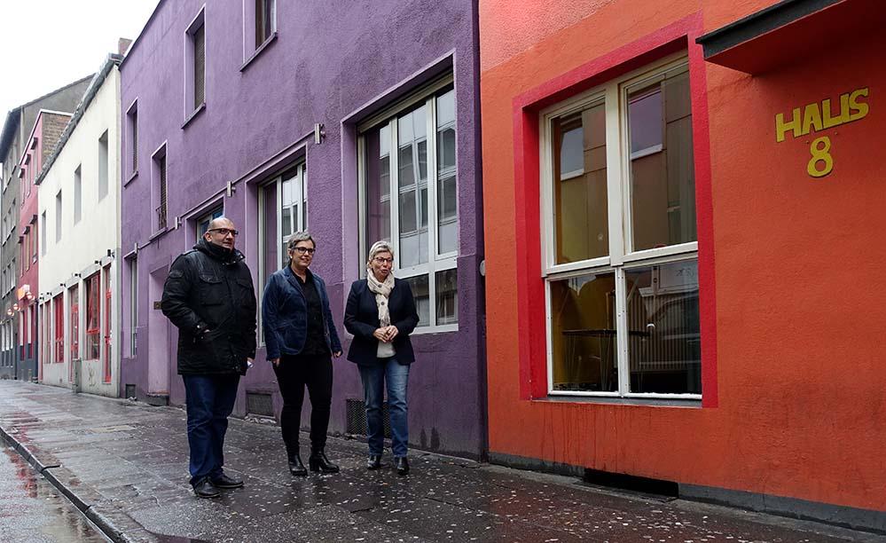 Die SPD-Landtagsabgeordneten Volkan Baran, Anja Butschkau und Carina Gödeke verschafften sich einen Überblick über Arbeit und Leben in der Linienstraße.