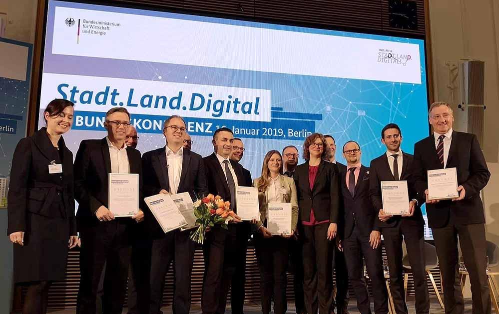 Unter über 200 Beiträgen wurde die Allianz Smart City zunächst als einer von sechs Beiträgen für die Finalrunde auf der Bundeskonferenz Stadt.Land.Digital nominiert.und dort die Experten überzeugen.