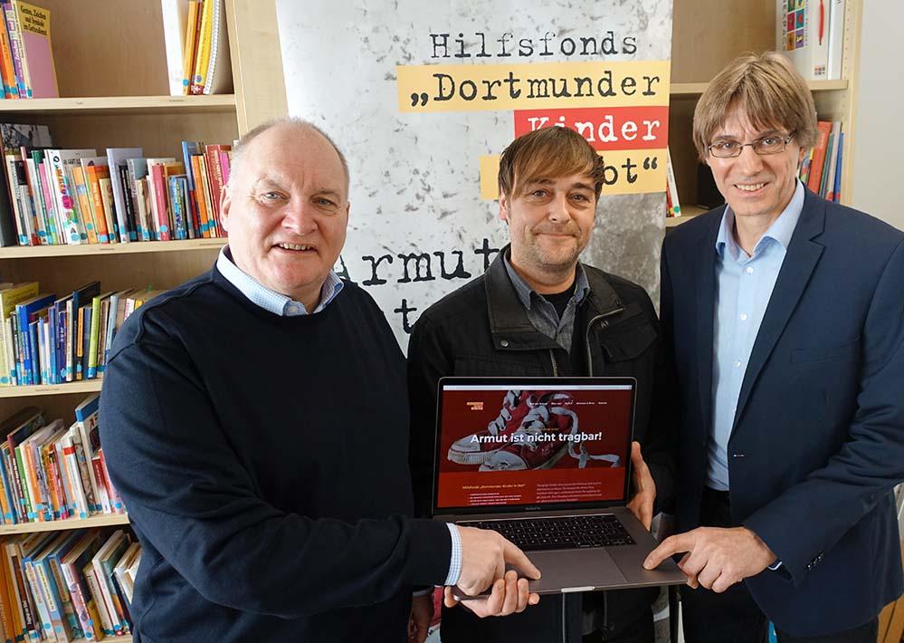 Probst Andreas Coersmeier, Kreativagentur-Chef Christian Lüning und Alwin Buddenkotte von den Katholischen Sozialen Diensten schalteten die Internetseite gemeinsam frei.