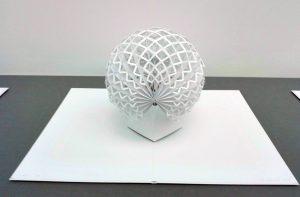 Eine Kugel als Gitter aus Papier mit 400 Klebestellen