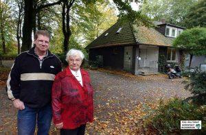 Marlies Berndsen im Jahr 2005 mit ihrem Sohn Hendrik vor ihrem früheren Wohnhaus im Hoeschpark. Foto: Alex Völkel