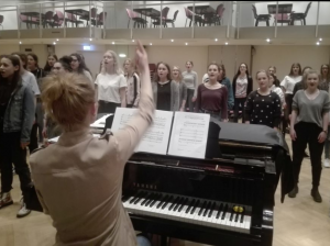 Kelley Sundin am Flügel dirigiert den Mädchenchor.